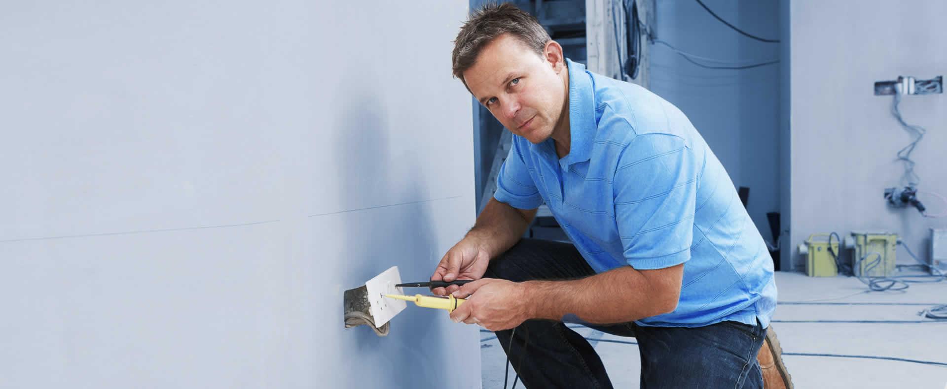 Elektriker bei der Installation einer Steckdose